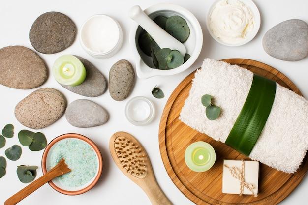 Concept de spa plat avec serviette et pierres