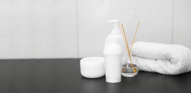 Concept de spa, pots en coton blanc, espace copie, vue de dessus. photo de haute qualité
