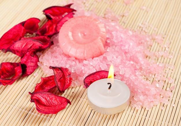 Concept de spa: savon, sel de mer et bougie