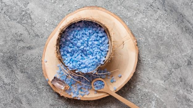 Concept de spa de sel de bain minimaliste sur planche de bois