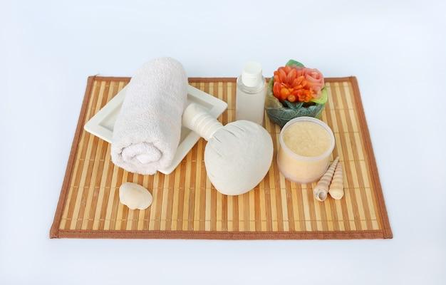 Concept de spa sur tapis de natte de bambou sur fond blanc