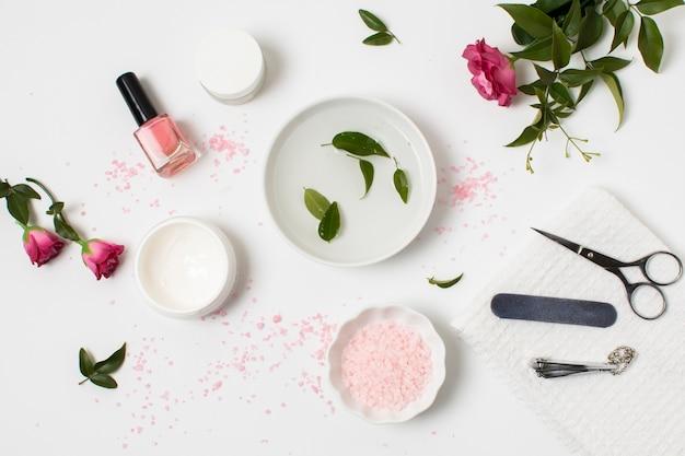 Concept de spa vue de dessus avec vernis à ongles et rose