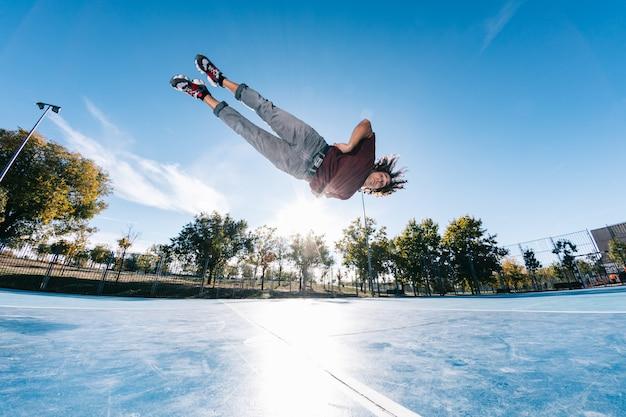 Concept de sport extrême, de parkour ou de breakdance et de personnes - jeune homme sautant haut