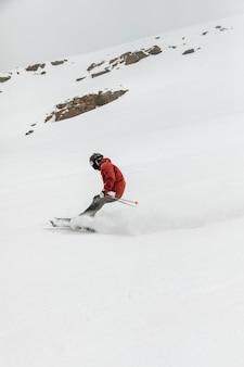 Concept de sport d'hiver de skieur de tir complet