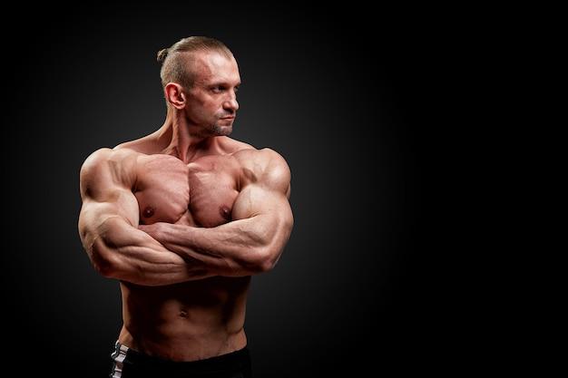 Concept sportif. athlète de fitness avec des muscles parfaits pose