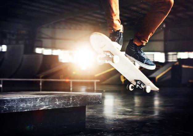 Concept de sports extrêmes freestyle skateboarding practice