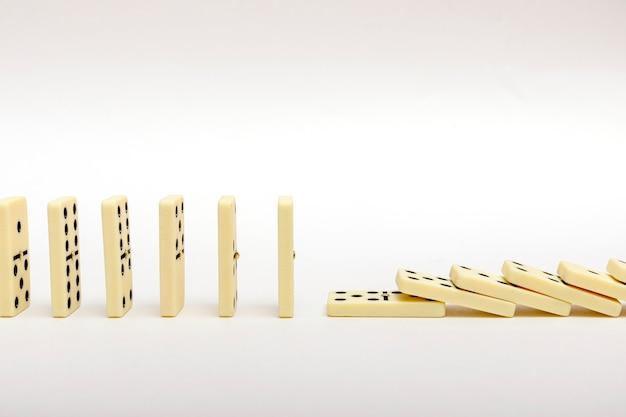 Concept de stratégie d'entreprise. l'effet domino s'est arrêté par une pièce unique et solide.