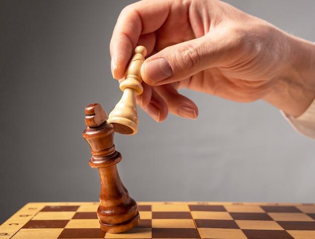 Concept de stratégie d'entreprise. knight fait la dernière étape finale pour faire échec et mat aux échecs, roi de la chute.
