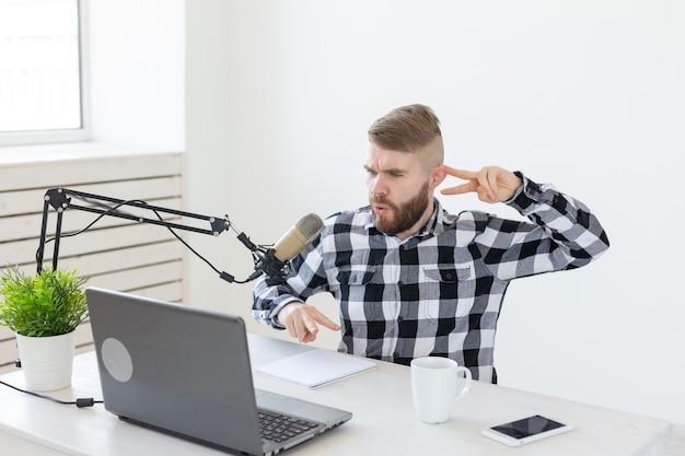 Concept de streamer, blogueur et média - radio dj travaillant au studio
