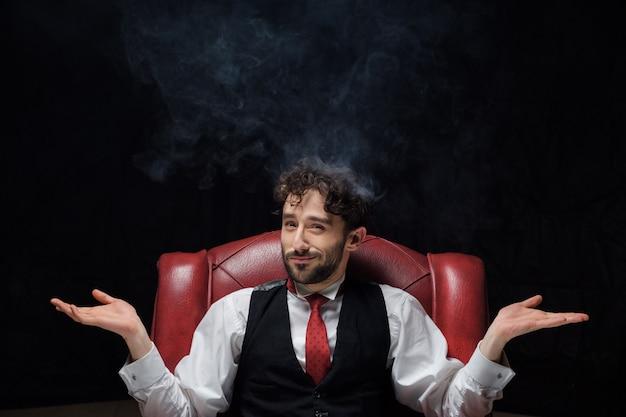 Concept de stress avec homme d'affaires et fumée dans la tête. fermer