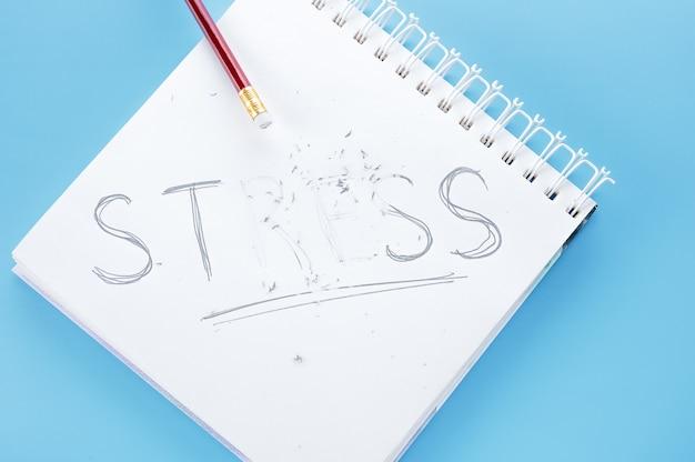 Concept de stress. stress de mot écrire sur un ordinateur portable. crayon avec gomme coups de mot stress.