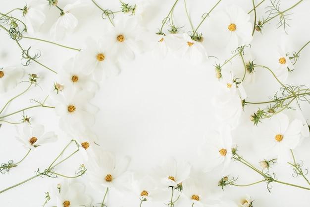 Concept de style minimal. guirlande de fleurs de camomille marguerite blanche sur blanc