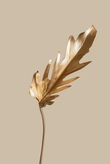 Concept de style minimaliste loral tendances estivales exotiques feuilles de fougère tropicales dorées sur un pastel