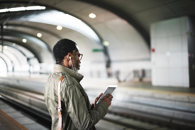 Concept de style de vie homme d'affaires en attente de la gare