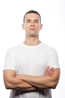 Concept de style de vie et de personnes: beau jeune homme vêtu d'un t-shirt blanc