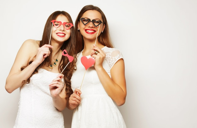 Concept de style de vie et de personnes: deux meilleures amies de femmes élégantes prêtes pour la fête,