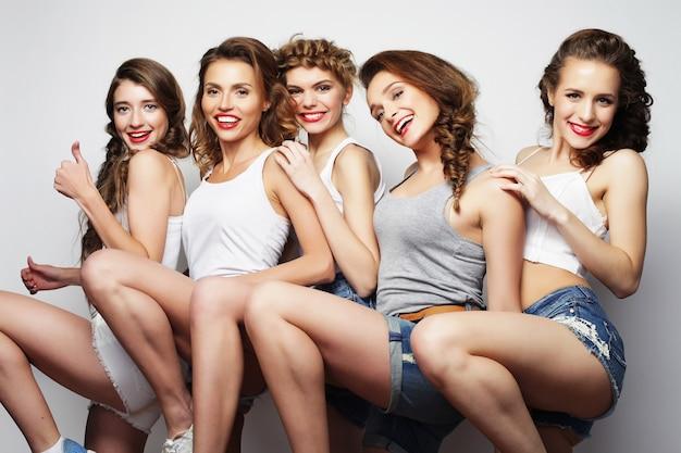 Concept de style de vie et de personnes : groupe d'amis de cinq filles