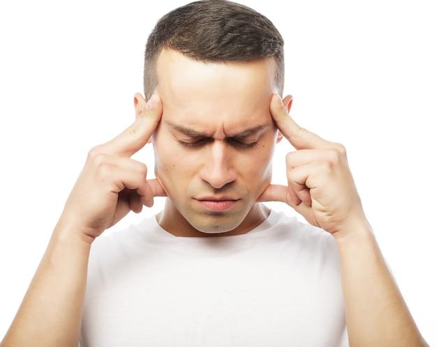 Concept de style de vie et de personnes : jeune homme séduisant souffrant de forts maux de tête