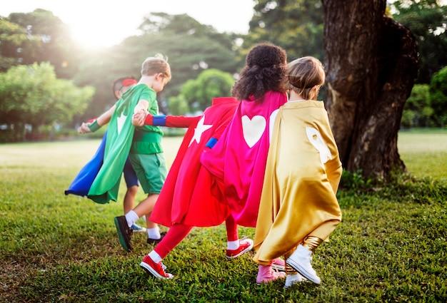 Concept de super héros de l'enfance d'été amusant