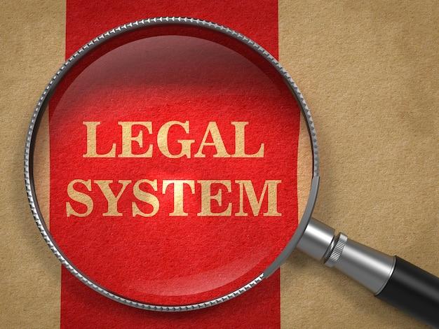 Concept de système juridique. loupe sur vieux papier avec fond de ligne verticale rouge.