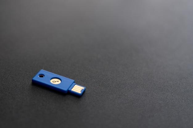 Concept de système de sécurité. clé usb en forme de clé sur fond sombre. thème de la technologie et de la sécurité des données.
