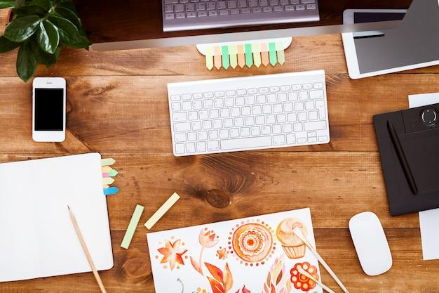 Concept de table créative de conception graphique, peintures informatiques sur un bureau en bois marron