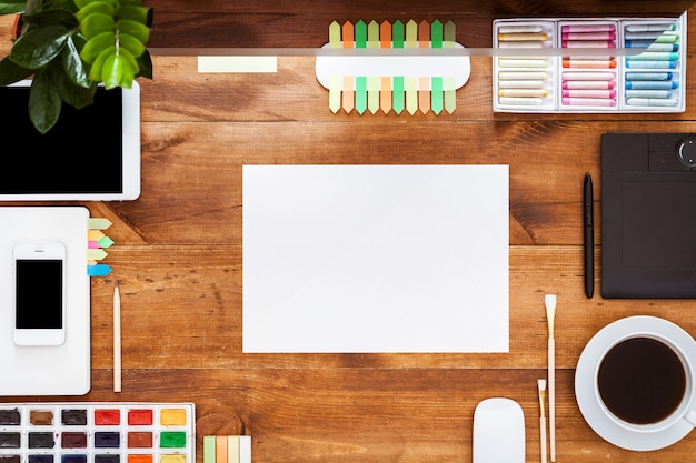 Concept de table créative graphique, peintures informatiques sur un bureau en bois marron