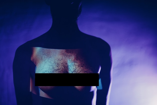 Concept de tansgender gay androgyne homme chirurgie transplantation femme poitrine