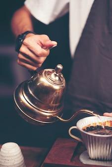 Concept de tasse de tasse de goût de filtre de caféine de café d'égouttement