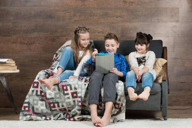 Concept de technologie avec les enfants sur le canapé