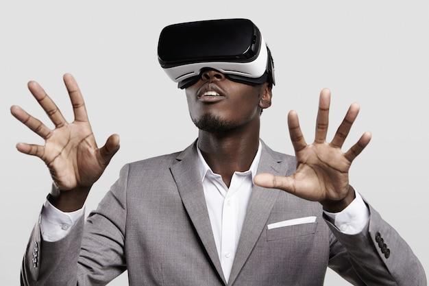 Concept de technologie, de jeux, de divertissement et de personnes.