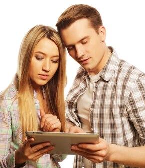 Concept de technologie et de personnes - jeune couple heureux tenant un ordinateur tablette