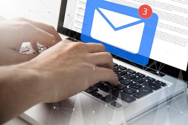 Concept technologique et commercial. homme utilisant un ordinateur portable recevant du courrier à l'écran.