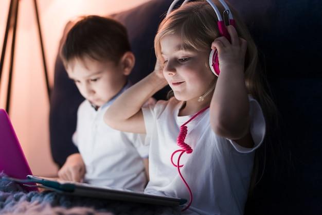 Concept technologique avec des enfants portant des écouteurs