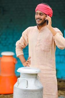 Concept technologique : homme de lait indien parlant sur smartphone.