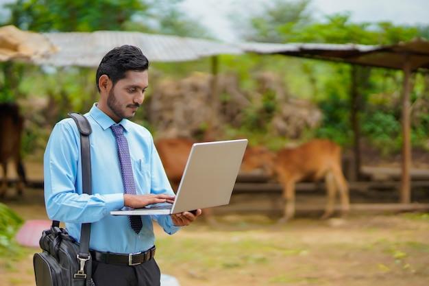 Concept technologique : jeune agronome ou banquier indien utilisant un ordinateur portable.