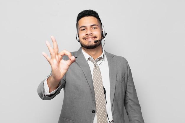 Concept de télévendeur d'expression heureuse d'homme d'affaires hispanique