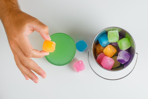 Concept de temps de collation à plat. mains tenant des bonbons.