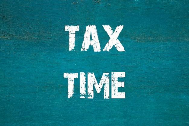Concept, temps des impôts - phrase écrite sur fond vert ancien.