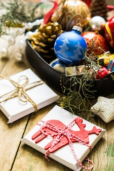 Concept de temps de noël avec des cadeaux et un décor