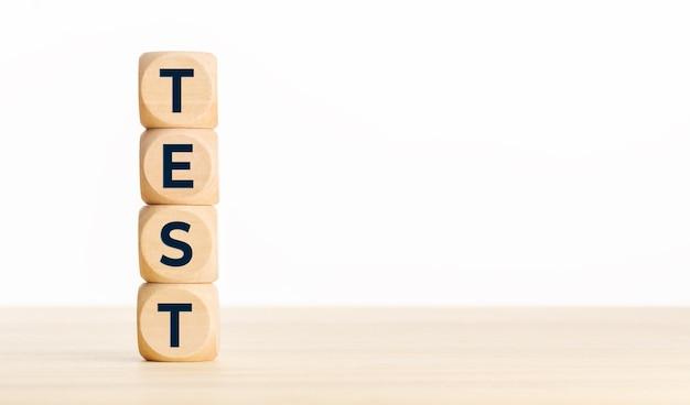 Concept de test. blocs en bois avec texte sur le bureau. copier l'espace
