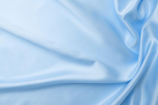 Concept textile et texture de couleur bleu classique à la mode. échantillon de tissu de soie ondulé de couleur bleu classique - gros plan.