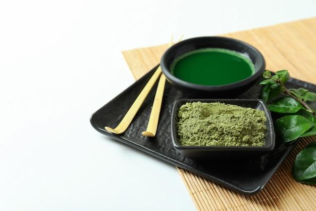 Concept de thé japonais avec matcha sur fond blanc