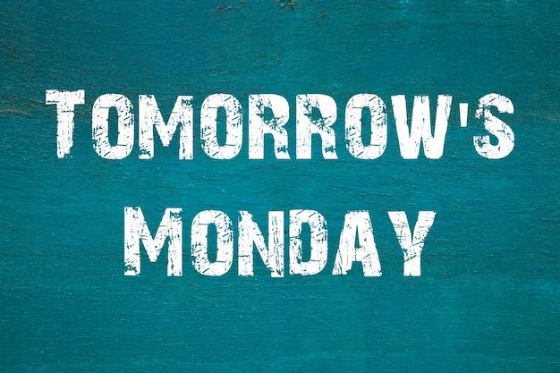 Concept, tomorrow's monday - phrase écrite sur fond vert ancien.