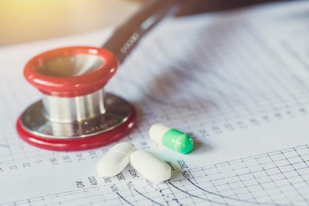 Concept de traitement médical. dossier médical suivi analyse de diagnostic patient avec stéthoscope pour médecin à l'hôpital.