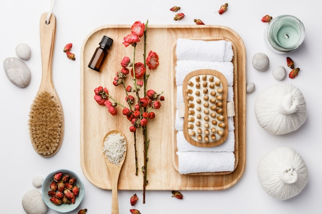 Concept de traitement de spa, composition à plat avec des produits cosmétiques naturels et des brosses de massage