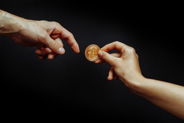 Concept de transfert de bitcoin de main à main photo de haute qualité