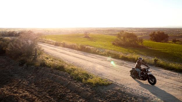 Concept de transport avec moto