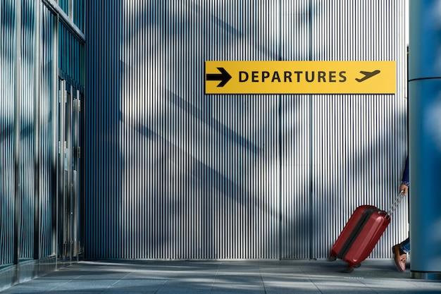 Concept de transport et de vacances, voyageur marchant avec valise