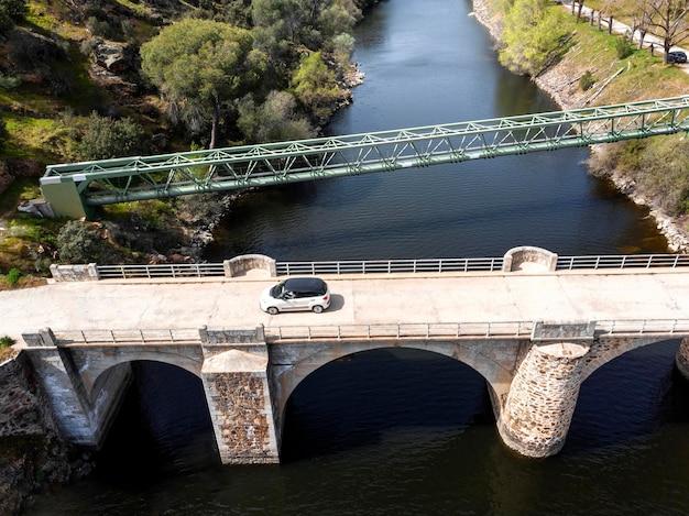 Concept de transport avec voiture sur pont